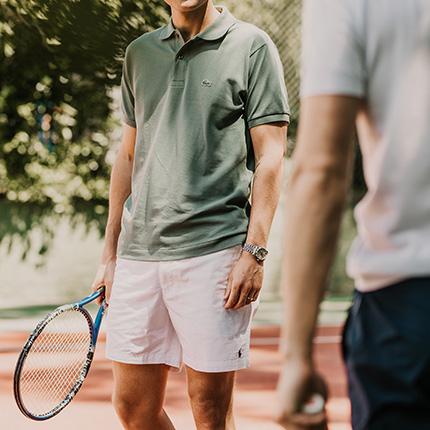 På tennisplanen