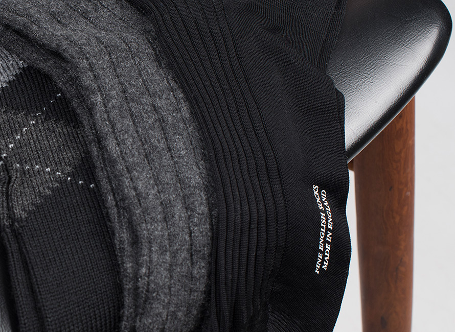 6b2622abb23 En pæn, sort silkestrømpe er gør sig godt til smokingen, men er måske ikke  helt så god til de blå jeans og bomberjakken. Og den hvide tennisstrømpe må  ikke ...