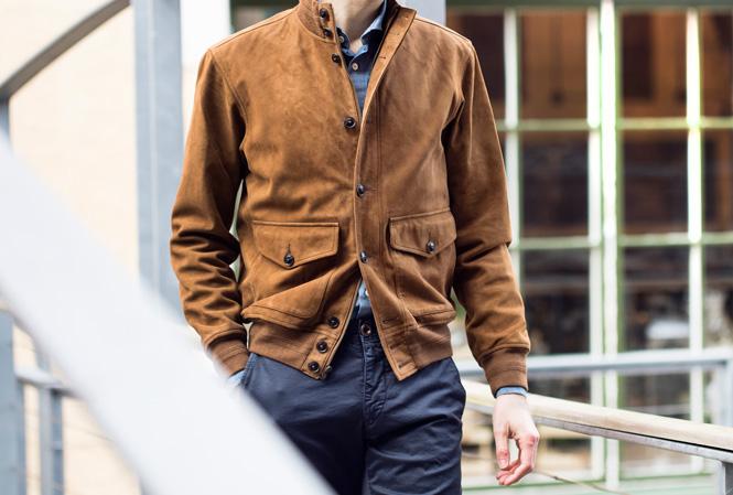 Mann i brun mokkajakke