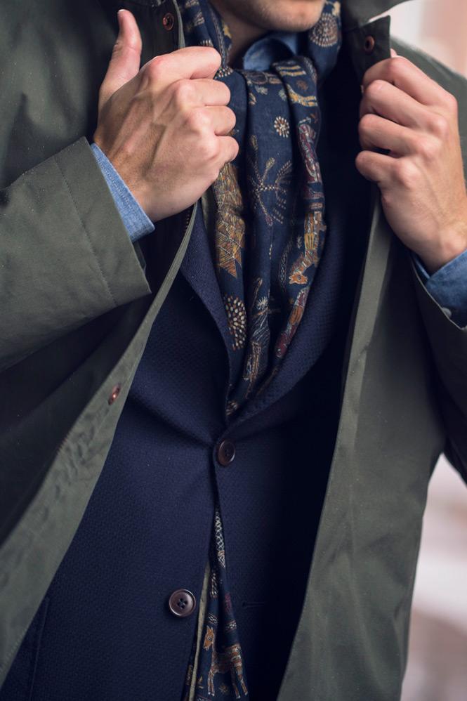 Närbild på car coaten och blå kavaj