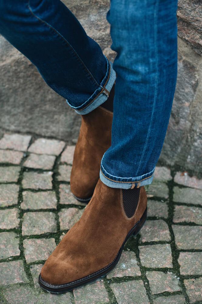 Närbild på mockaskor och jeans