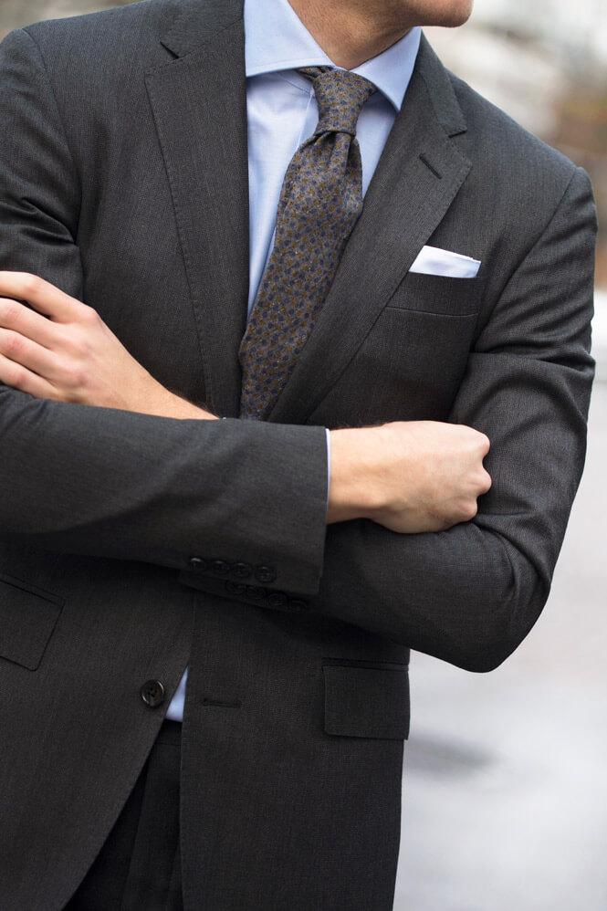 Närbild på skjorta och slips
