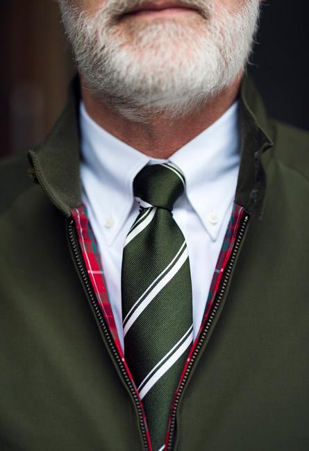 Dressat i harringtonjacka och slips