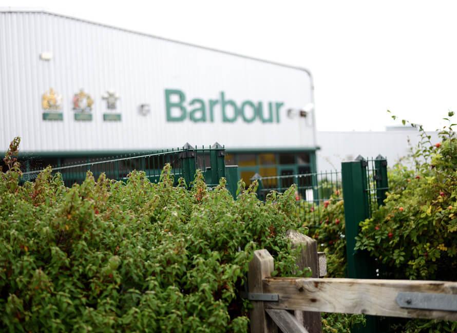 Utanför Barbour-fabriken.