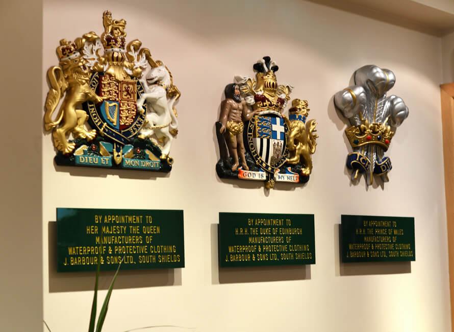 Barbour och dess tre hovleverantörs-sigiller