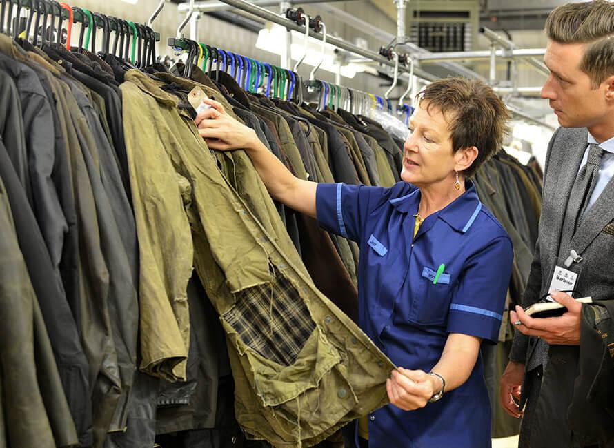 Jane berättar om jackor som skickats in för restaurering.