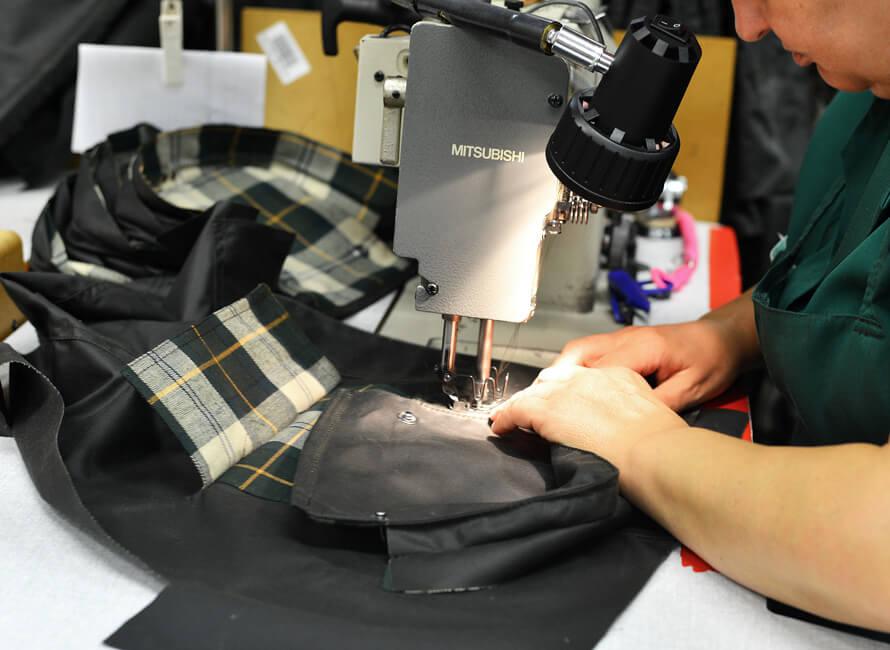 En ficka sys fast utanpå en jacka.