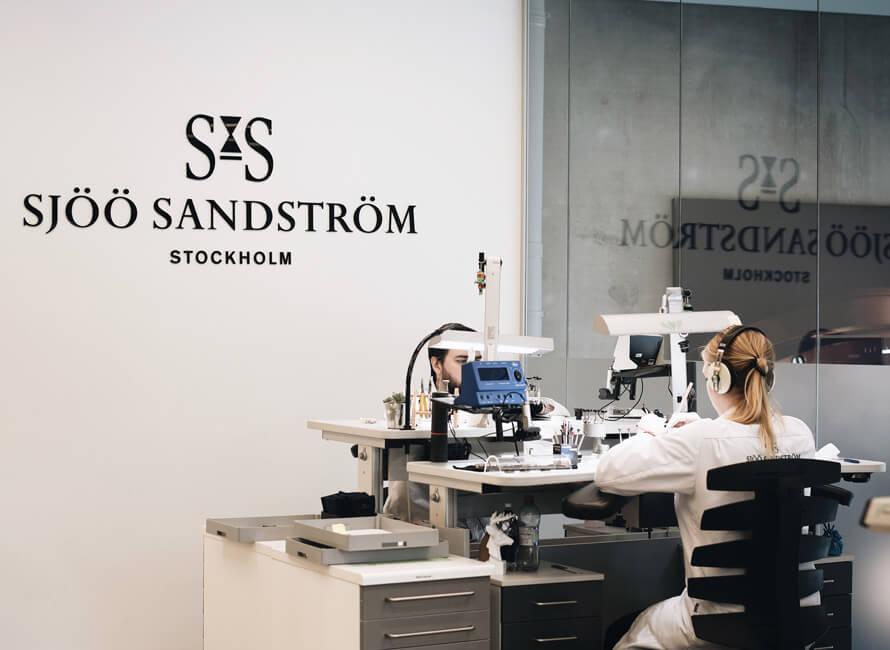 Två av Sjöö Sandströms urmakare vid sina stationer