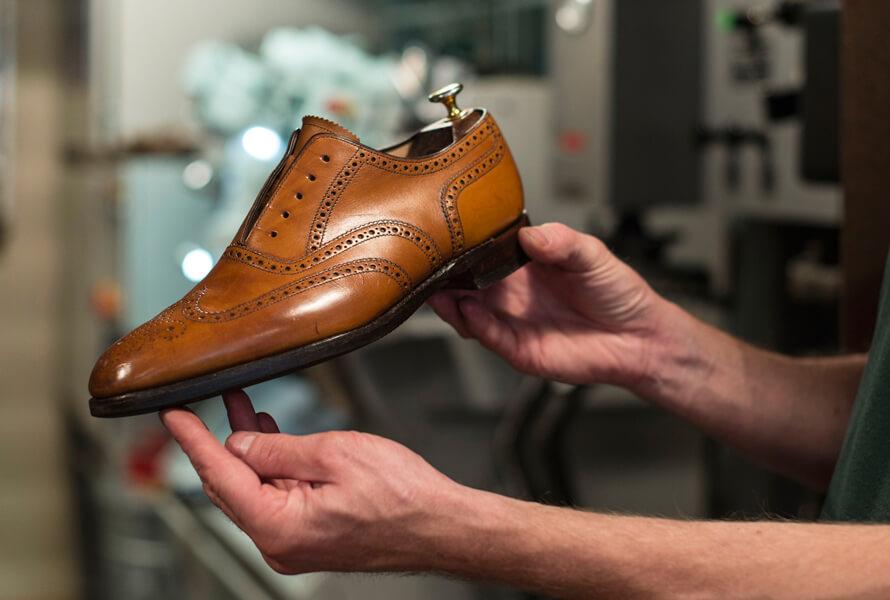 Mit Saphir Creme Pommadier 1925 behandelter Schuh