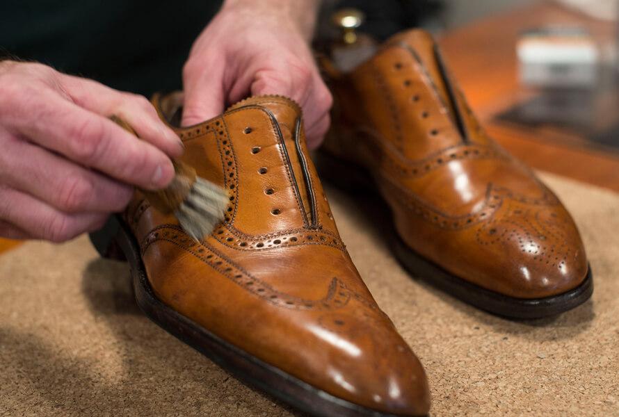 Påstrykning av Saphir Pate de Luxe på sko