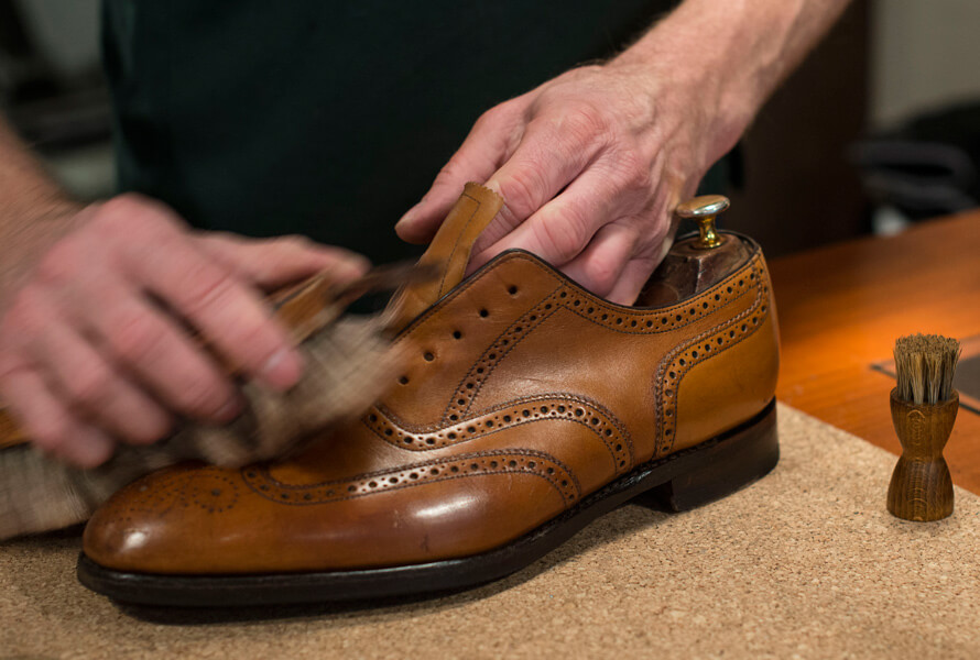 Børster skoen med Saphir pate de Luxe for glans