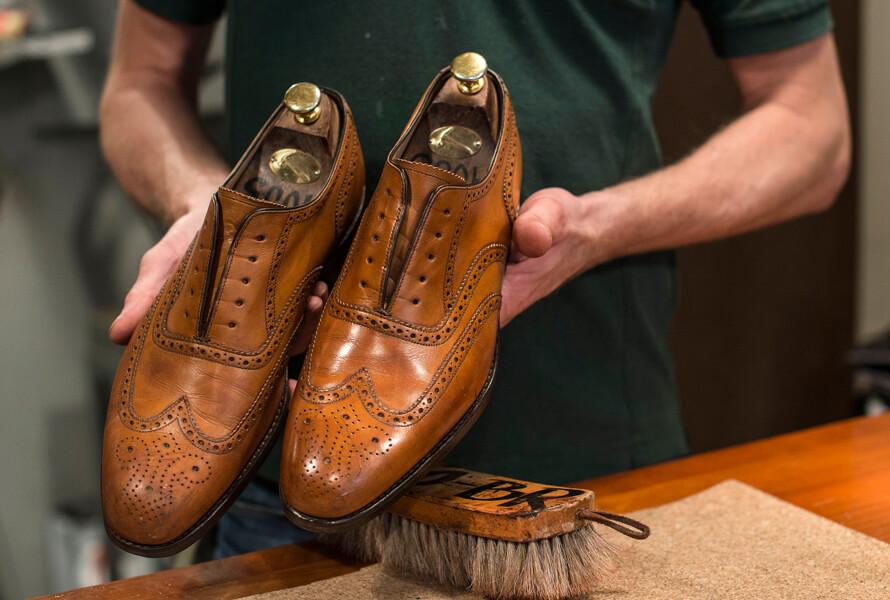 En sko med og en sko uten Saphir Pate de Luxe