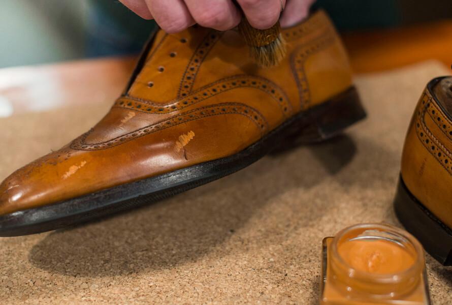 Skinnsko med med Saphir Creme Pommadier 1925 lagt på skoen