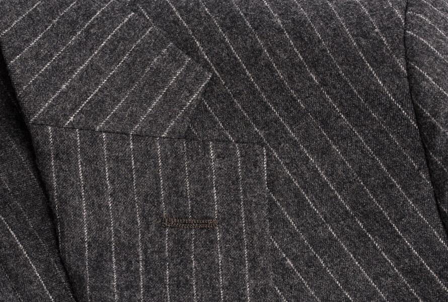 Nærbillede af nålestribet blazer