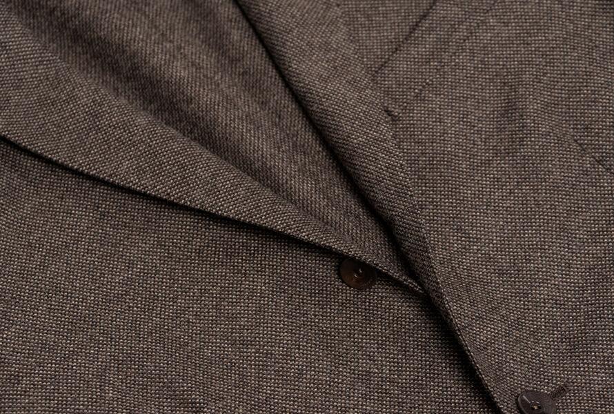 Revers med flot rulning på brun blazer