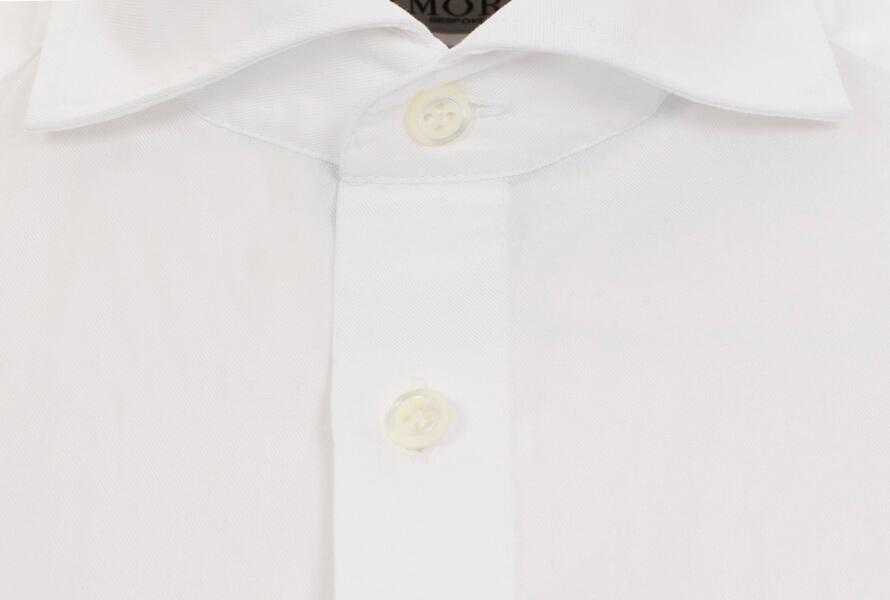 Hvit skjorte med cut away-krage