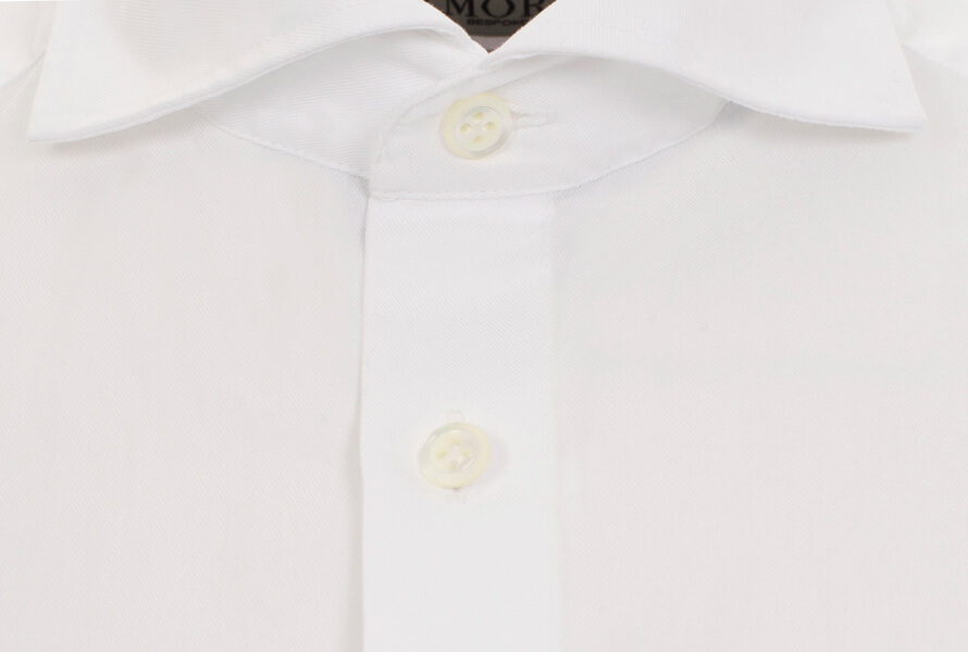 Hvid skjorte med cut away-krave