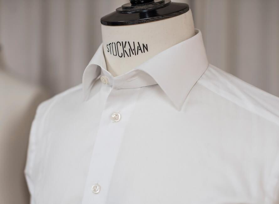 79600644 Skjorte med en knapp åpen i kragen