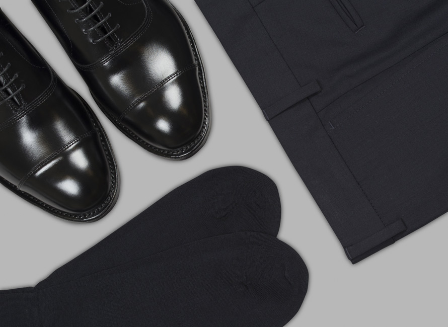 En sofistikerad nedtonad kombination av skor, strumpor och byxor