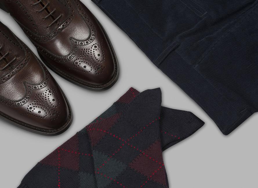 Mönstrade strumpor kombinerad med skor och byxa