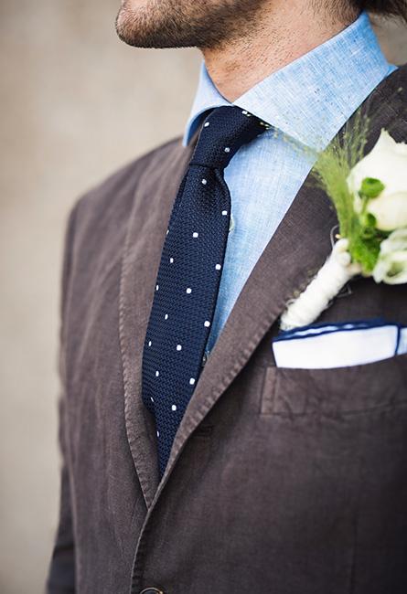 d2e3264a Slipset kan gjerne være avslappet, eventuelt også i lin eller bomull, og  det trenger altså ikke være utpreget bryllups- eller festpreget, ettersom  dressens ...